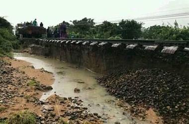 Ninh Thuận: Bão số 9 gây lũ lụt, nước cuốn trôi đường ray làm đường sắt tê liệt